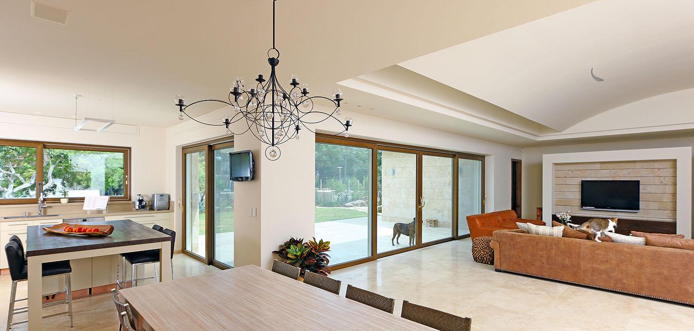 חלונות מעוצבים מאת חברת אלומתריס בסגנונות שונים לבתי מגורים ולעסקים