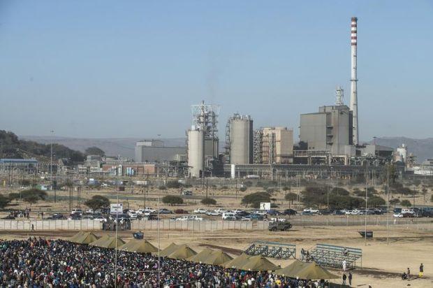 Les employés de la mine de platine du Marikana, en Afrique du Sud, retournent au travail après une grève de cinq mois, le 25 juin dernier. (Phoyo Mujahid Safodien. AFP )
