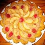 Яблочный пирог с клубникой и бананами (песочное тесто)