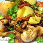 Куриные шкурки, жареные с помидорами и сладким перцем