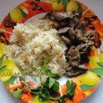 Жареное куриное сердце с гарниром из риса