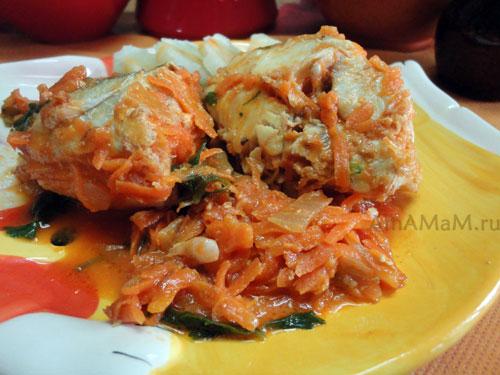 Очень вкусное блюдо из хека с луком, морковкой и томатной пастой - простой рецепт.