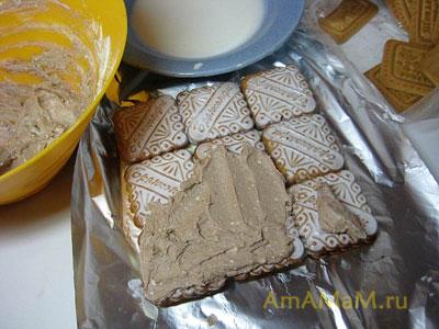 Торт творожный домик - смазываем второй слой печенья шоколадным творожным кремом