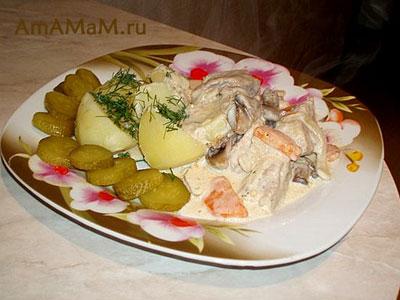 тушеная свининка с овощами и сметанкой с гарниром из вареного картофеля и маринованных огурчиков - очень вкусная еда!