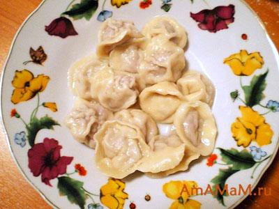 Очень вкусные готовые домашние пельмени, политые сливочным маслом