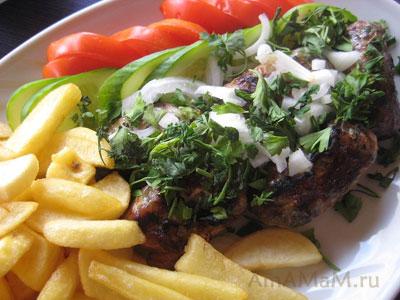 Кипрская кухня: колбаски шефталья и чипс (жареная картошка во фритюре)
