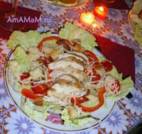 Очень вкусный романтический ужин, в меню: итальянский салат, вино и канапе с сыром и маслинами