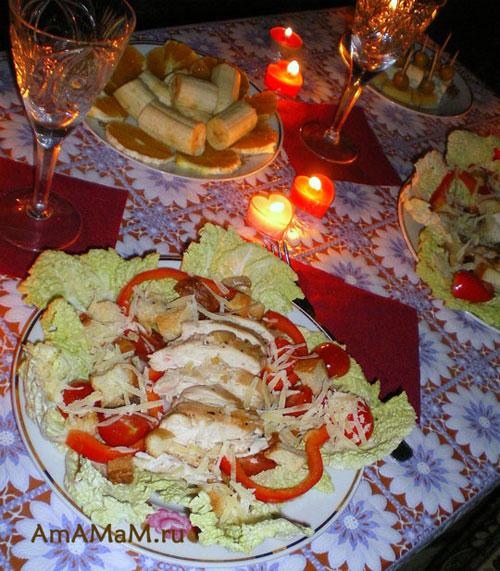Очень вкусный, легкий, но вполне  сытный ужин для любимого из куриного салата с помидорами черри по-итальянски, канапе и тарелочки с нарезанными фруктами