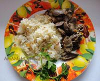 Очень вкусные куриные сердечки, джареные с луком и морковью, с гарниром из риса, жареного на сковороде