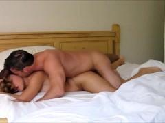 Milf met grote borsten wordt op bed geneukt