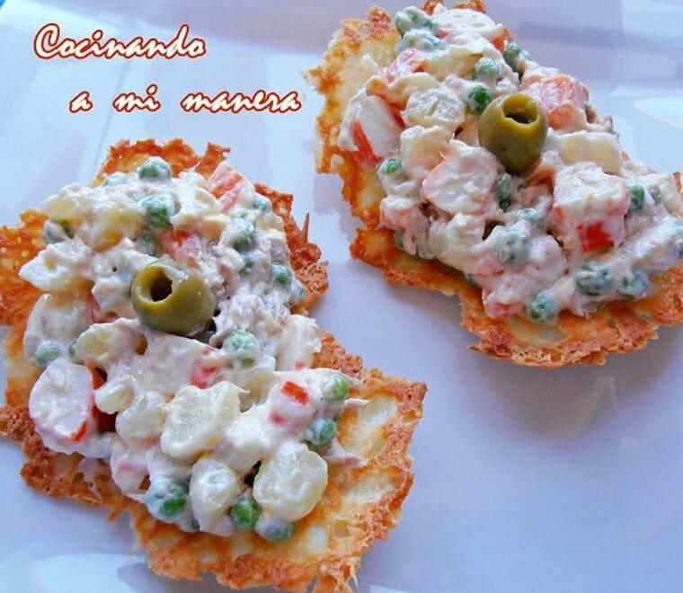 ensaladilla rusa sobre galleta de queso
