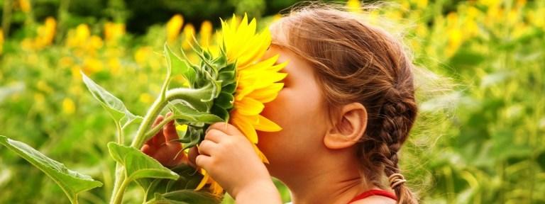 articole_child-smelling-flower