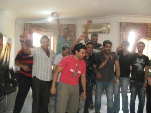 بعض أعضاء حركة شباب 6 أبريل عقب إعلان اسم الفائز بجائزة نوبل للسلام
