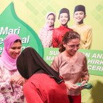 Pn Nor Aziah Mohd Said, Senior Marketing Manager and Pn Wanazlina Idaham Merican, Legal Director of Colgate-Palmolive Marketing Sdn Bhd giving out duit raya at the festive buka puasa.
