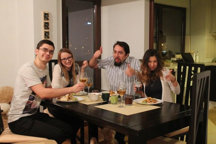 Ștefan, Laura, eu și soția. Cerșetorul de sub masă e câinele