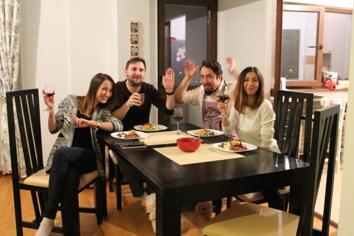 Ioana, Victor, eu și soția. Sub masă: câinele