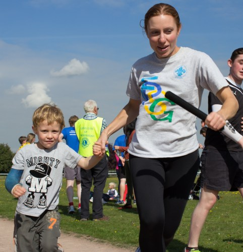A Beaver Scout with his mum begin their half-lap.
