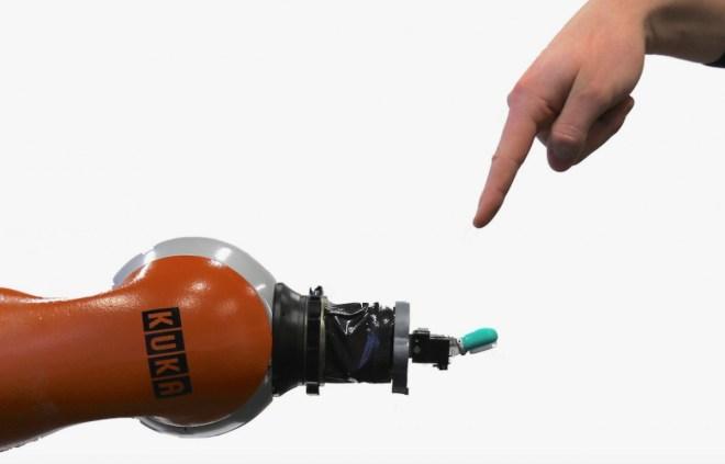 Der Roboter reagiert auf Schmerz (Foto: Leibniz Universität Hannover)