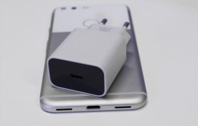 USB-C! Der symmetrische USB-C-Anschluss ist mittlerweile ein gewohnter Anblick. Die Besonderheit: Bei Google ist auch die Buchse am Ladeadapter vom Typ USB-C.