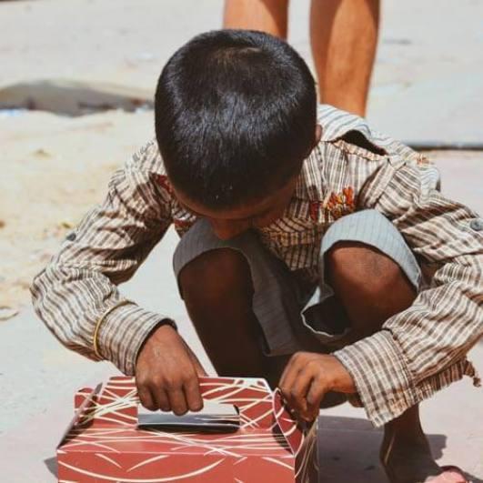 Bettlerjunge in Indien