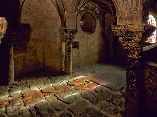 Độc đáo nhà thờ cổ trên đỉnh đá núi của Pháp - 10