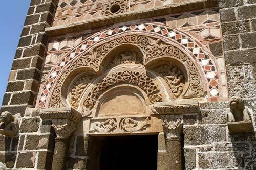 Độc đáo nhà thờ cổ trên đỉnh đá núi của Pháp - 8