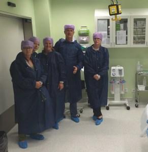 BB Sophias vd Harald Almström visar en operationssal för oss besökare från Folkpartiet: Birgitta Rydberg, Cecilia Elving, Amelie Tarschys Ingre och jag.