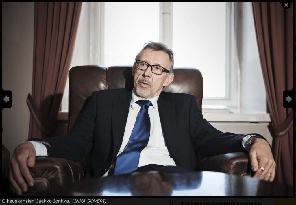 """Oikeuskansleri Jaakko Jonkka on pelkkä """"Jake vaan"""" tutkinnanjohtaja Pauli Kuusirannalle."""