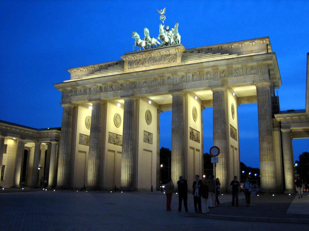berlin sebagai ibu kota jerman memiliki banyak objek wisata yang menyimpan catatan sejarah panjang dimulai dari landmark brandenburger tor