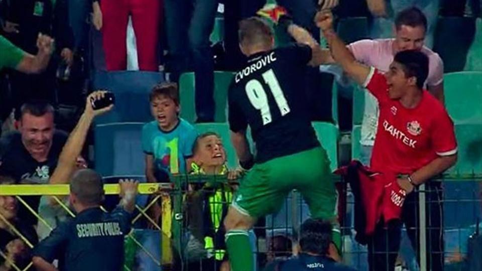 Moti con la maglia del suo compagno Cvorovic esulta con i tifosi