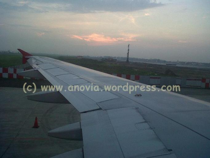 Let's go home, back to Jakarta, looking through the right wing of the plane. Let's go ...