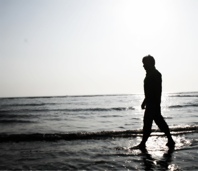 sad-boy-walking-695007_640