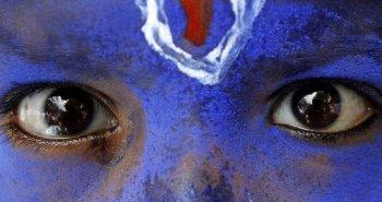 Ινδός μαθητής βαμμένος στα χρώματα του Ινδού Θεού Krishna