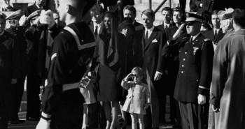 Ο John F. Kennedy ο  νεώτερος, χαιρετίζει το φέρετρο του πατέρα του μαζί με την τιμητική φρουρά.