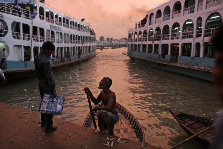 Βαρκάρης διαπραγματεύεται με έναν πιθανό πελάτη στο Μπανγκλαντές