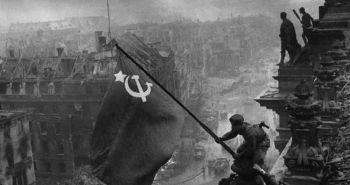 2/5/45: Μία από τις πιο γνωστές φωτογραφίες του Β΄ Παγκοσμίου Πολέμου: την τράβηξε ο Καλντέι στις 2 Μαΐου 1945.Πηγή έμπνευσής του ήταν μια αντίστοιχη φωτογραφία του Ζόζεφ Ρόζενταλ που δημοσιεύθηκε τον Απρίλιο του ΄45 με αμερικανούς στρατιώτες και τη σημαία τους στην Ιβο Τζίμα. Οταν παρέδωσε τη φωτογραφία στο πρακτορείο Τας,του ζητήθηκε να επέμβει και να σβήσει το ρολόι στο δεξί χέρι του στρατιώτη κάτω δεξιά- μια που στο αριστερό φορούσε ήδη το δικό του ρολόι- ώστε να αποφευχθεί κάθε κατηγορία για πλιάτσικο.Η φωτογραφία της έκθεσης αποκαθιστά την αλήθεια,αφού μετά την πτώση του Τείχους του Βερολίνου ο Καλντέι,ο οποίος είχε κρατήσει το πρωτότυπο αρνητικό της φωτογραφίας,την επανεκτύπωσε με τα δύο ρολόγια.