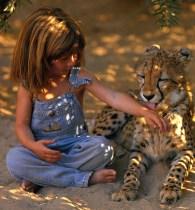 Το κορίτσι που έκανε παρέα με τα άγρια ζώα της Αφρικής