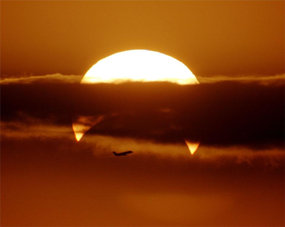 Αεροπλάνο μπροστά από μερική Έκλειψη Ηλίου.