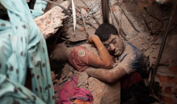 Η φωτογράφος Shahidul Alam, τράβηξε μια συγκλονιστική φωτογραφία μέσα στα ερείπια του εννεαόροφου κτηρίου που κατέρρευσε και... παρέσυρε στο θάνατο πάνω από 900 ανθρώπους, σύμφωνα με τον τελευταίο απολογισμό. Ένα ζευγάρι που έμεινε αγκαλιασμένο μέχρι την τελευταία στιγμή.