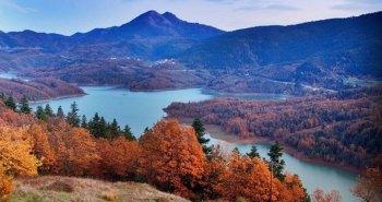 Λίμνη Πλαστήρα, Καρδίτσα. Έλατα, βελανιδιές και καστανιές κατεβαίνουν ως τις όχθες ενώ το πράσινο των βοσκότοπων δένει αρμονικά με τα γαλάζια νερά της λίμνης. Τα χρώματα του νερού δημιουργούν μοναδικές εικόνες, ενώ τους περιβάλει ο πολύχρωμος καμβάς της φύσης. Χωρίς το φράγμα δεν θα υπήρχε η λίμνη Πλαστήρα . Τη δεκαετία του ΄50 άρχισε η υλοποίηση του οράματός του Νικολάου Πλαστήρα για την δημιουργία του φράγματος . Η κατασκευή του φράγματος ολοκληρώθηκε το 1960. Έτσι προέκυψε η Λίμνη Ταυρωπού, που αργότερα μετονομάστηκε σε Λίμνη Ν. Πλαστήρα, σε υψόμετρο 750 μέτρων.