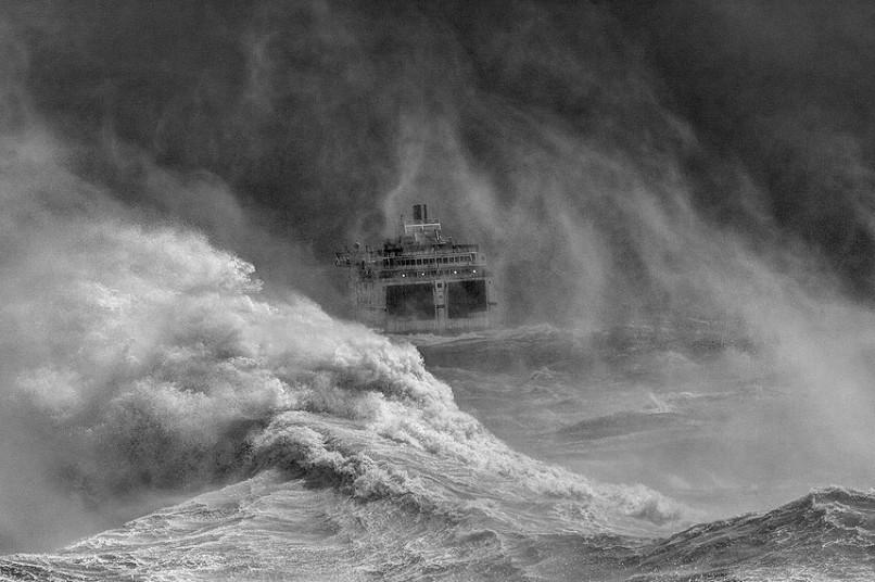 Πλοίο βγαίνει από το λιμάνι στην καταιγίδα, @David Lyon