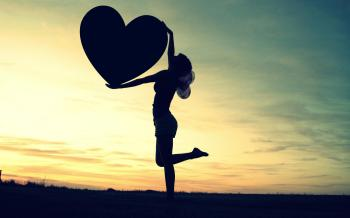 Γυναίκα κρατάει καρδιά