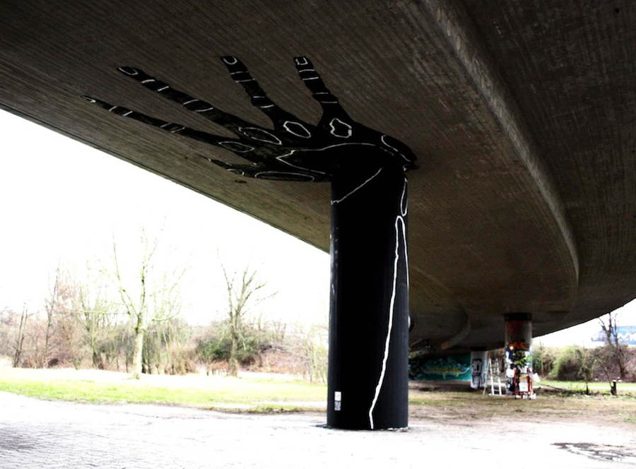 street-art-2013-holding-hand