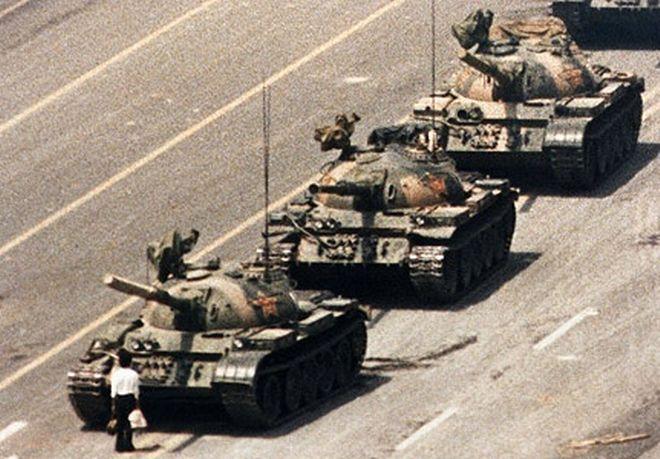 Άνδρας στην πλατεία Τιεναμέν  στέκεται μπροστά από τανκ του κινεζικού στρατού, κατά τη διάρκεια σφοδρών διαδηλώσεων, το 1989.