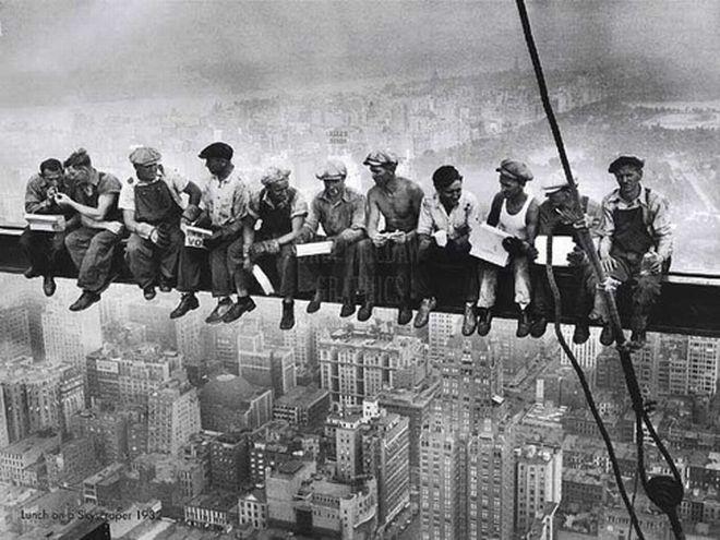 Γεύμα για τους εργάτες που κατασκευάζουν ουρανοξύστες στη Νέα Υόρκη. Φωτογραφία του Charles C. Ebbets στις 29 Σεπτεμβρίου 1932