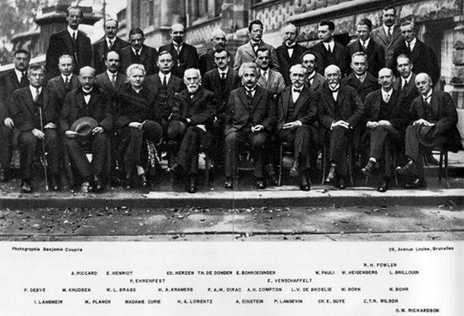 Στην φωτογραφία αυτή βλέπουμε τους 29 Φυσικούς που συμμετείχαν στην πέμπτη διάσκεψη του Solvay στις Βρυξέλλες το 1927.Η πέμπτη αυτή σύνοδος είναι η πιο γνωστή από όλες τις υπόλοιπες γιατί οι φυσικοί είχαν συγκεντρωθεί για να μελετήσουν θέματα για τα ηλεκτρόνια και τα φωτόνια και να συζητήσουν την πρόσφατη κβαντική θεωρία. Να τονίσουμε ότι οι 17 από τους εικονιζόμενους πήραν βραβείο Νόμπελ.<br /> Στην Πρώτη Σειρά: I. Langmuir, Max Planck, Marie Curie, Hendrik Antoon lorentz, Albert Einstein, P. Langevin, Ch. E. Guye, C.T.R. Wilson, O.W. Richardson<br /> Στη Μεσαία Σειρά: P. Debye, M. Knudsen, William L. Bragg, H.A. Kramers, Paul dirac, A.H. Compton, Louis de Broglie, Max Born, Niels Bohr<br /> Στην Πίσω Σειρά: A. Piccard, E. Henriot, P. Ehrenfest, Ed. Herzen, Th. De Bonder, Erwin Scrondinger, E. Verschaffelt, Wolfgang Pauli, Werner Heisenberg, R.H. Fowler, L. Brillouin.