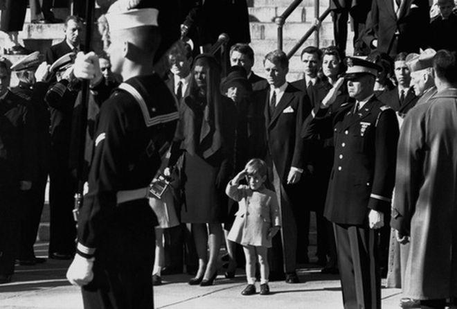 Ο John F. Kennedy, ο νεότερος αποτίει χαιρετισμό μπροστά στο φέρετρο του πατέρα του μαζί με την τιμητική φρουρά.