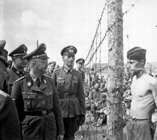 Ο κρατούμενος πολέμου, Horace Greasley, κοιτά προκλητικά τον Heinrich Himmler, κατά τη διάρκεια επιθεώρησης του στρατοπέδου στο οποίο ήταν περιορισμένος. Ο Greasley είχε καταφέρει να δραπετεύσει από το στρατόπεδο και να επιστρέψει πίσω περισσότερες από 200 φορές, για να συναντηθεί κρυφά με μία κοπέλα από τη Γερμανία την οποία είχε ερωτευτεί.