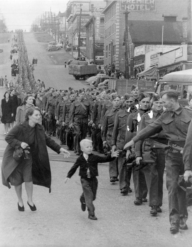 Η φωτογραφία του Claude Π. Dettloff, τραβήχτηκε την 1η Οκτωβρίου 1940 και απεικονίζει μια πομπή με στρατιώτες στη Βρετανική Κολομβία που ετοιμάζονται να επιβιβαστούν σε ένα τραίνο. Ο πεντάχρονος Whitey Bernard ξεφεύγει από το χέρι της μητέρας του για να φτάσει τον πατέρα του.