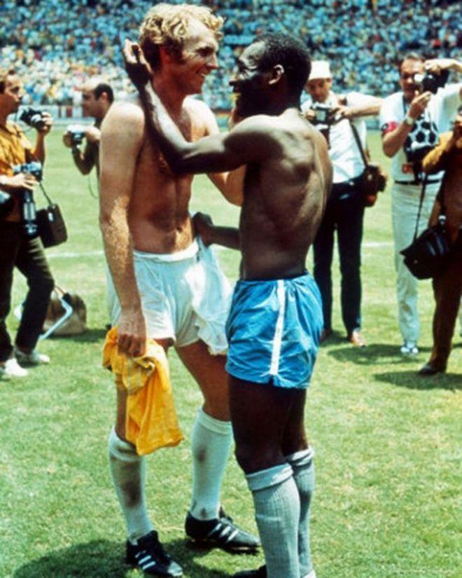 Το Μουντιάλ του '70 είχε σημαδευτεί από ρατσιστικές εκδηλώσεις. Ωστόσο μέσα στο γήπεδο δύο κορυφαίοι ποδοσφαιριστές δίνουν τη δική τους απάντηση. Ο Pelé και ο αρχηγός της Αγγλίας, Bobby Moore ανταλλάσσουν φανέλες, ένδειξη αμοιβαίου σεβασμού.